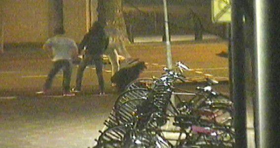 Videostill van omroep Brabant waarop beelden van de geruchtmakende mishandeling te zien waren.