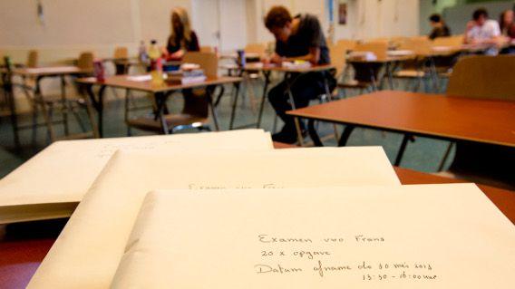 De gesloten enveloppen lagen vanochtend klaar voor het verlate examen Frans voor het VWO op het Haagse Maerlant-Lyceum.