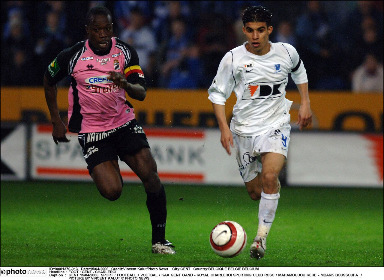 Mbark Boussoufa (rechts) van AA Gent in actie tegen Charleroi. Foto Photo News GENT 15/04/2006, SPORT / FOOTBALL / VOETBAL / KAA GENT GAND - ROYAL CHARLEROI SPORTING CLUB RCSC / MAHAMOUDOU KERE - MBARK BOUSSOUFA / PICTURE BY VINCENT KALUT © PHOTO NEWS