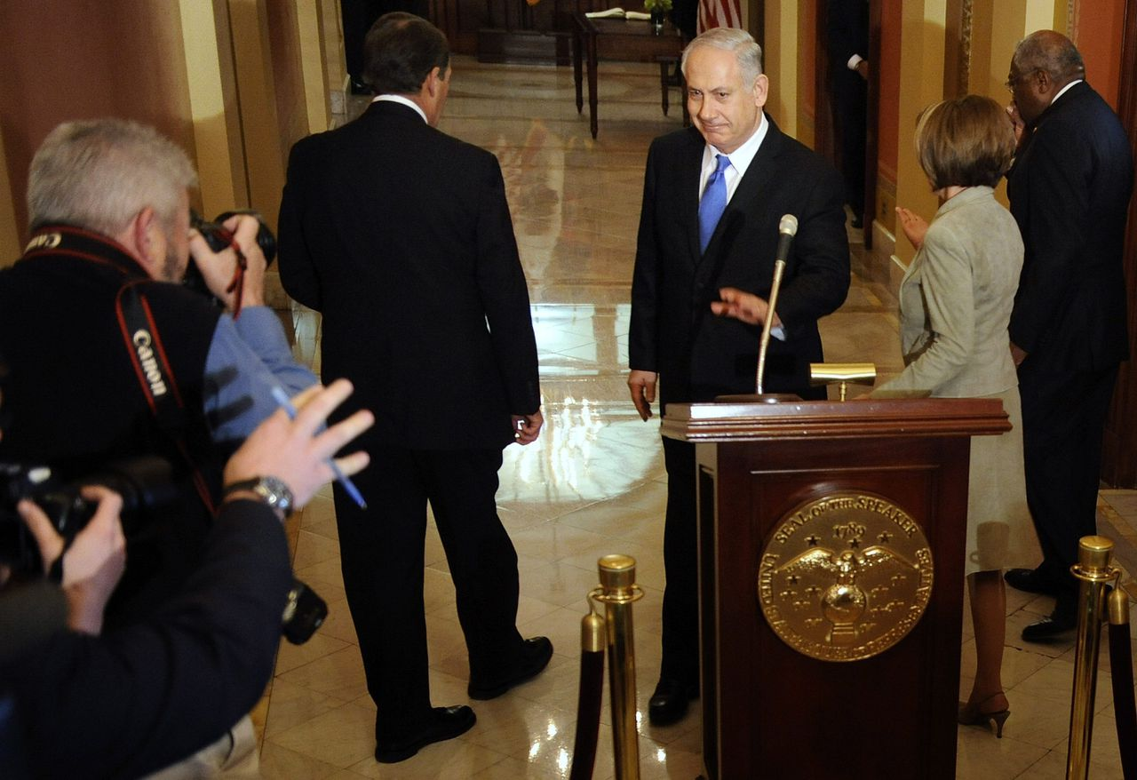 Benjamin Netanyahu wil geen antwoord geven op de vraag van een journalist. De Israëlische premier had dinsdag een ontmoeting met onder anderen Nancy Pelosi, voorzitter van het Huis van Afgevaardigden. Foto Reuters Israeli Prime Minister Benjamin Netanyahu (C) declines to answer a reporter's question before meeting with House Minority Leader John Boehner (R-OH) (L), House Speaker Nancy Pelosi (D-CA) (2nd R) and Majority Whip James Clyburn (D-SC) (R) at the U.S. Capitol in Washington, March 23, 2010. REUTERS/Jonathan Ernst (UNITED STATES - Tags: POLITICS)