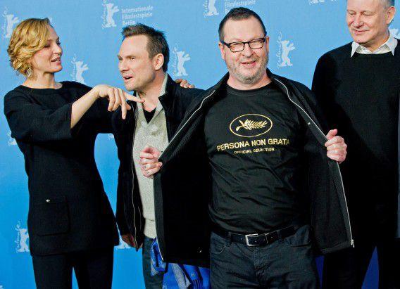 Lars von Trier toont een t-shirt met de tekst Persona Non Grata, wat refereert aan diens verbanning van Cannes.