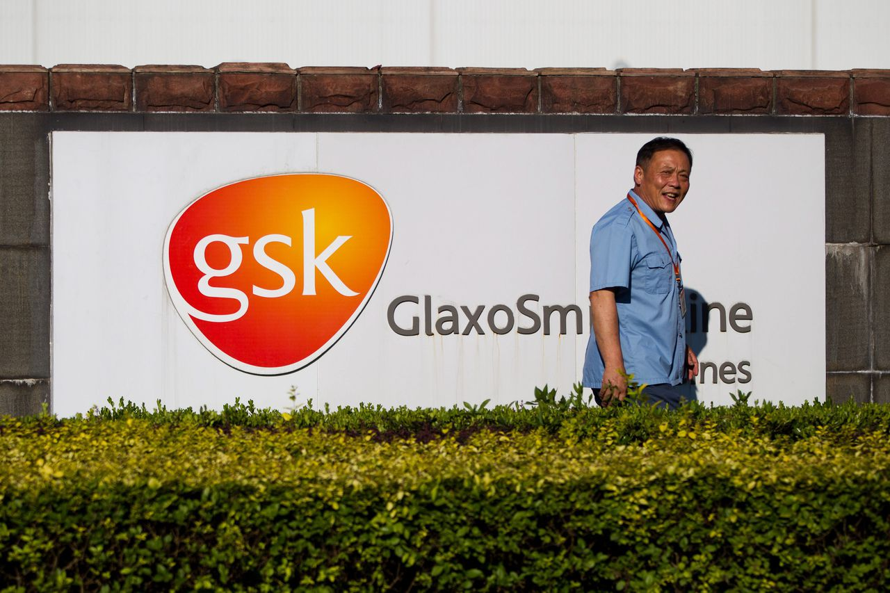 epa04228787 (FILE) A file photograph showing a security guard walking past the GlaxoSmithKline (GSK) company sign outside the GSK factory in Shanghai, China, 17 July 2013. GSK reported on 27 May 2014 that GlaxoSmithKline plc (LSE/NYSE: GSK) has been informed by the British Serious Fraud Office (SFO) that it has opened a formal criminal investigation into the Group's commercial practices. GSK states it is committed to operating its business to the highest ethical standards and will continue to cooperate fully with the SFO. EPA/STRINGER CHINA OUT *** Local Caption *** 50920949