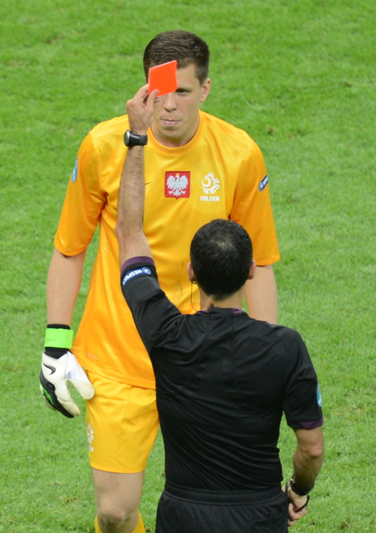 Spanish referee Carlos Velasco Carballo gives a red card to Polish goalkeeper Wojciech Szczesny during the Euro 2012 football championships match Poland vs. Greece, on June 8, 2012 at the National Stadium in Warsaw. AFP PHOTO / JANEK SKARZYNSKI
