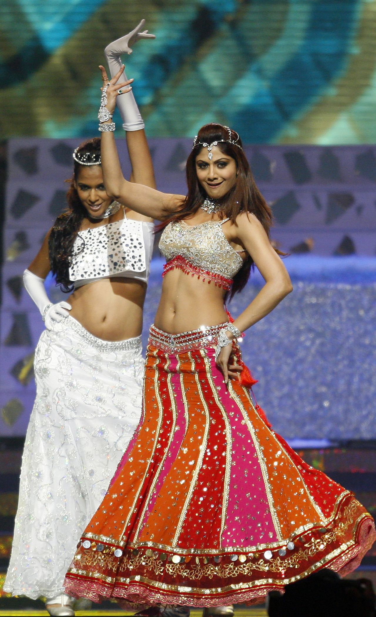 Begrijp de Bollywoodster. Foto AP Indian actress and model Shilpa Shetty (R) performs during the International Indian Film Academy Awards (IIFAs) ceremony at the Hallam Arena in Sheffield, northern England, 09 June 2007. The IIFA awards, known as the Bollywood Oscars, which run to 10 June 2007, are taking place in Yorkshire and will likely be watched on television by some 500 million people around the world. AFP PHOTO/LEON NEAL