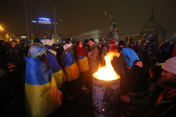 Activisten warmen zich vannacht aan vuur op het Onafhankelijkheidsplein in Kiev.