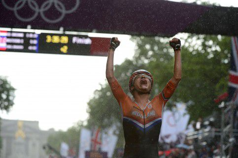 Marianne Vos of The Netherlands crosses the finish line after winning the women's cycling road race event during the London 2012 Olympic Games in London on July 29, 2012. AFP PHOTO/CARL DE SOUZA