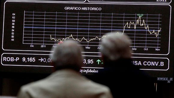 Name: 2011-11-07T143328Z_01_ACO07_RTRMDNP_3_MARKETS-EUROPE-FACTORS.JPG Caption: Two men look at screens at the bourse in Madrid November 7, 2011. European stock futures pointed to a weaker open for equities on Monday as political uncertainties in highly-indebted Italy and Greece raised fresh concerns that the region's debt crisis would intensify and threaten a fragile global economic recovery. REUTERS/Andrea Comas (SPAIN - Tags: BUSINESS)