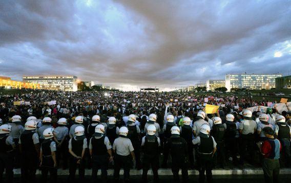 Duizenden studenten demonstreren in Brasilia.