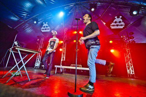 Concert van de Britse spraakwaterval-met-beats-act Sleaford Mods op de tweede dag van Lowlands 2014.