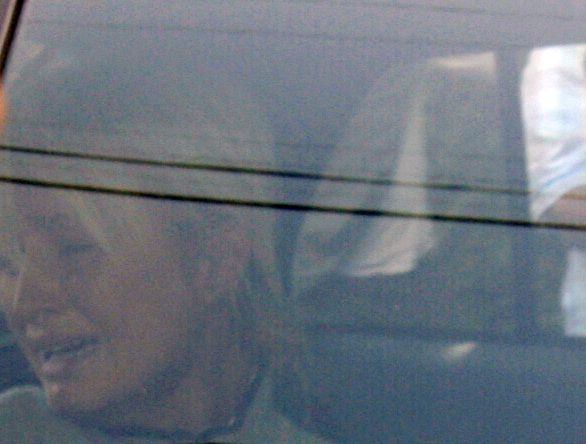 Paris Hilton wordt huilend naar de rechtbank vervoerd. (Foto AP) **RETRANSMISSION FOR ALTERNATE CROP**Paris Hilton is seen the window of a police car as she is transported from her home to court by the Los Angeles County Sheriff's Department in Los Angeles on Friday, June 8, 2007. (AP Photo/Nick Ut)